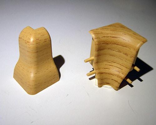 Holzleistenwinkel aus Kunststoff im Tampondruck bedruckt