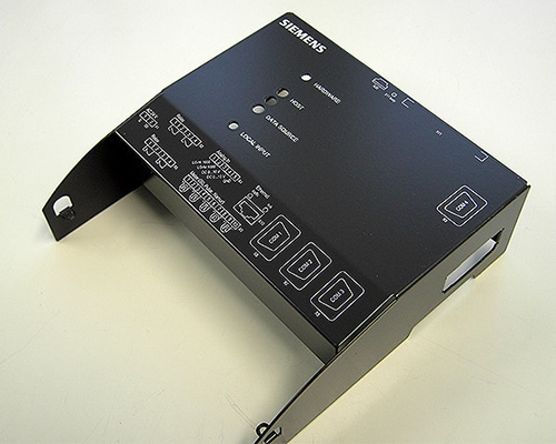 Abdeckung aus Blech für elektrische Anschlüsse im Siebdruck bedruckt