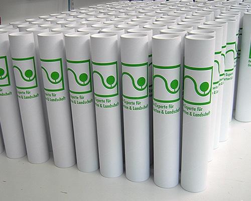 Im Siebdruckverfahren bedruckte Papphülsen als Transportbehälter für Pflanzen
