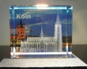 3D-Lasergravur im Inneren eines Glasblocks