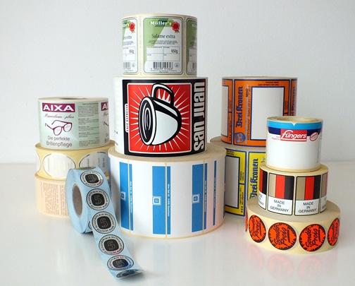 Etiketten von der Rolle, für die automatische Verarbeitung im Thermo-Tranferdruck, gibt es in verschiedensten Größen, Formen und Materialien.