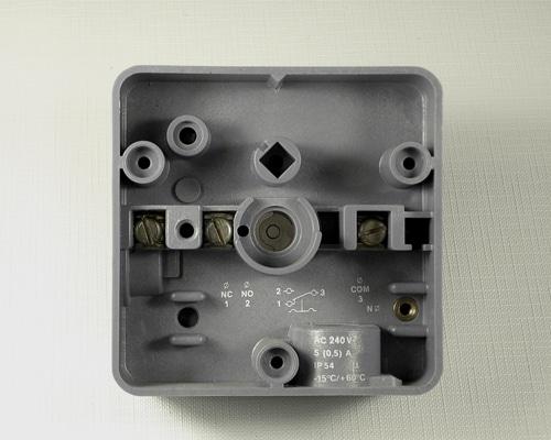Schaltergehäuse innen bedruckt im Tampondruckverfahren zur Kennzeichnung von Anschlussstellen für Kabel, Schrauben, Drähte etc.