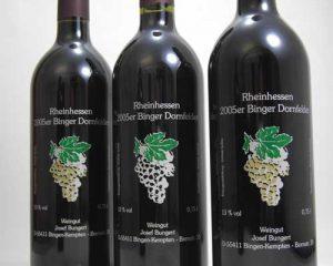 Weinflaschen im Siebdruck dekoriert